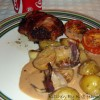 Hakkebøf med timian kartofler, hele hvidløg, bagt rødløg & bagte tomater