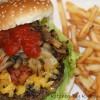 Burger med bløde løg, stegte champpignon & Chilisovs