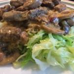 Oksekød med champignon, piskefløde  og spidskål