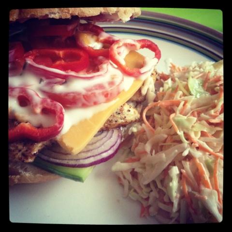 Kyllingburger med coleslaw