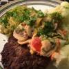 Hakkebøf med stegt spidskål, blomkål & peber/champignon a la creme