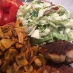 Kyllingefrikadeller med champignon og sommersalat