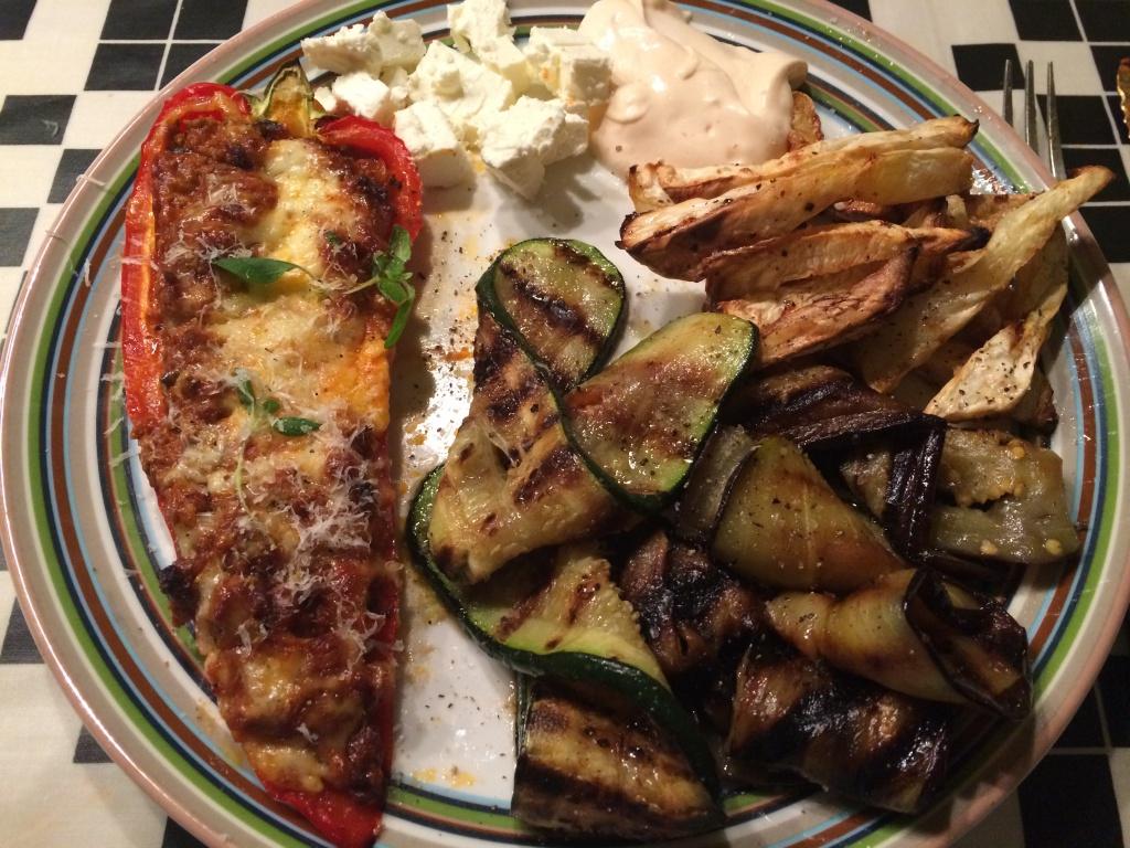 Fyldt peber med sellerifritter, grillet aubergine og squash
