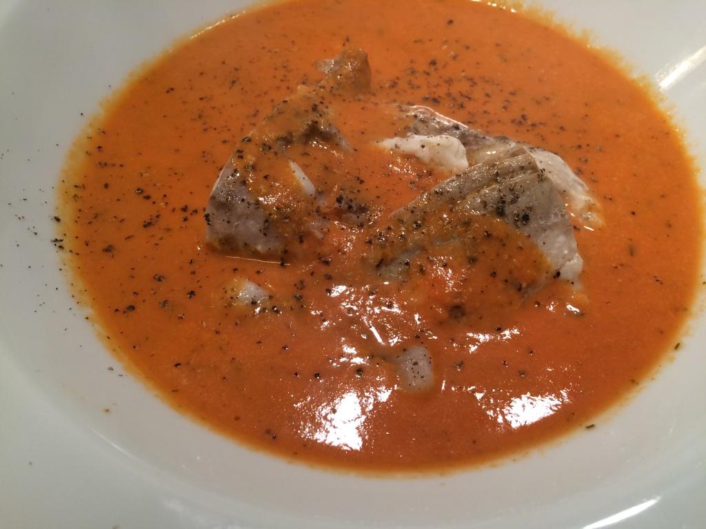 Tomatsuppe med fløde og mørksej